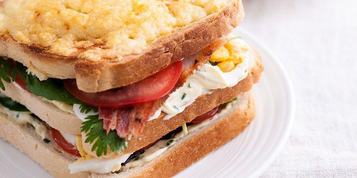 Клубный сэндвич с беконом, яйцом, помидором и сыром Чэддер от Натана Аутлоу