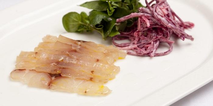 Соленый морской окунь с яблочно-свекольным салатом от Пита Биггса