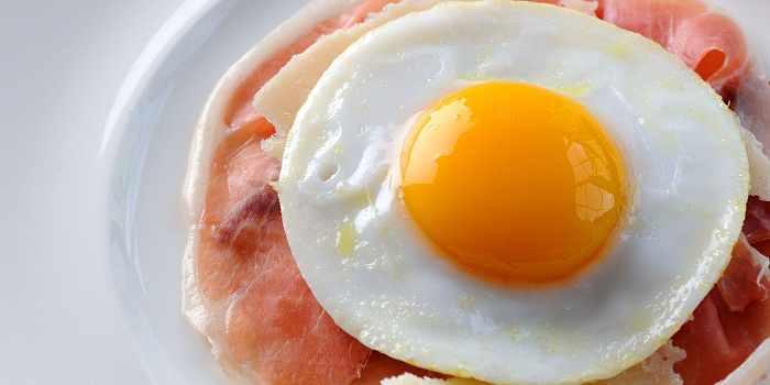 Вяленая ветчина с жареным яйцом и пармезаном