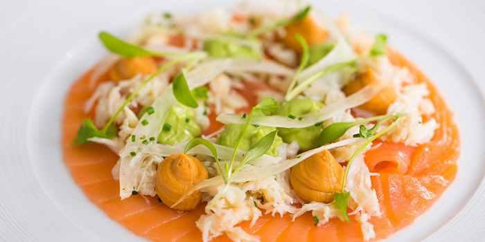 Салат с авокадо, крабом, копченым лососем, фенхелем и яблоками
