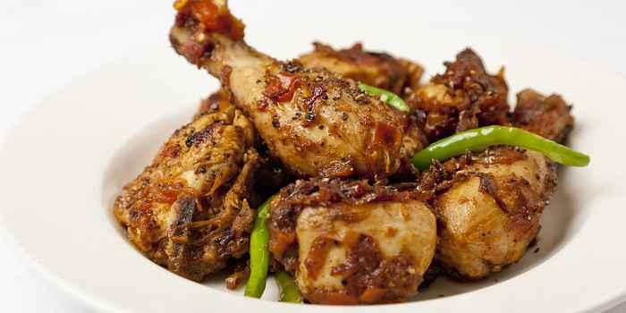 Цыпленок на сковороде с индийским перцем