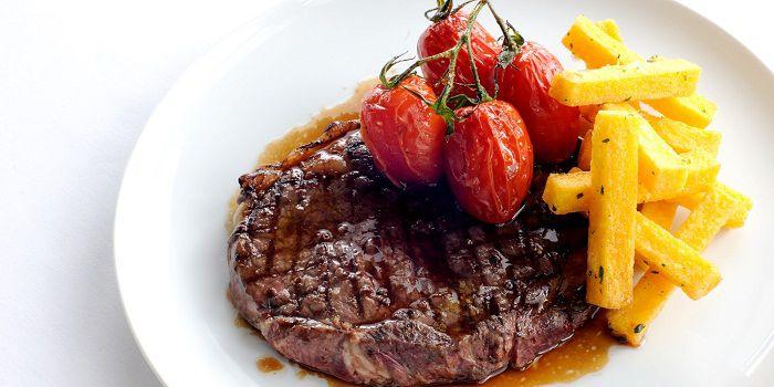 Говяжий стейк рибай с картофелем и помидорами