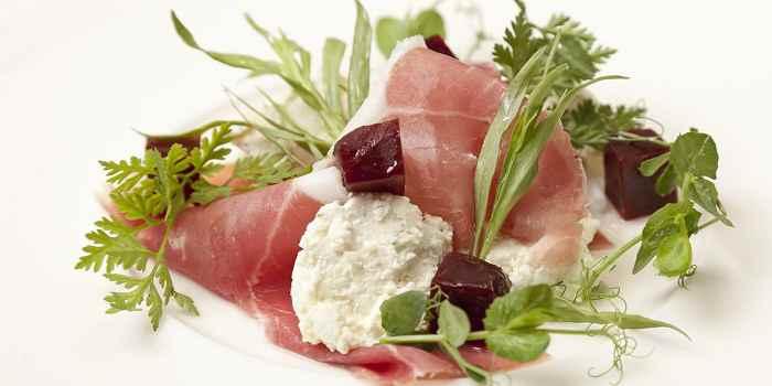 Салат с козьим сыром, ветчиной и свеклой