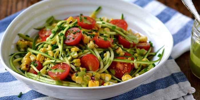 Салат из пикколо помидор, кукурузы и травяным соусом