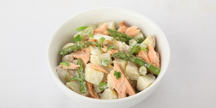 Картофельный салат с лососем, спаржей и соусом из хрена