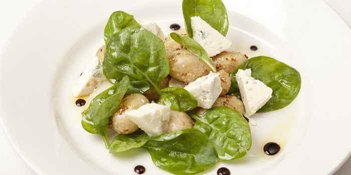 Салат из сыра горгонзола, молодого картофеля и шпината
