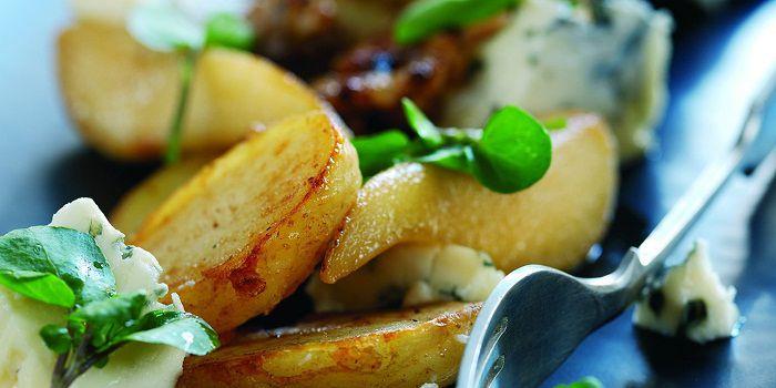 Картофельный салат с сыром Рокфор, карамельной грушей и грецкими орехами