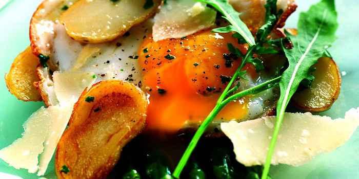 Картофельный салат с утиным яйцом, спаржей и пармезаном