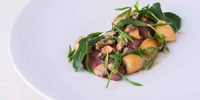Ирландский стейк с молюсками, копченым чесноком и овощами