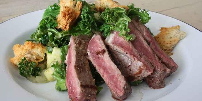 Ирландский теплый салат с мясным филе и зеленью трилистника
