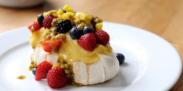 Мини павлова с кремом меренга и свежими фруктами