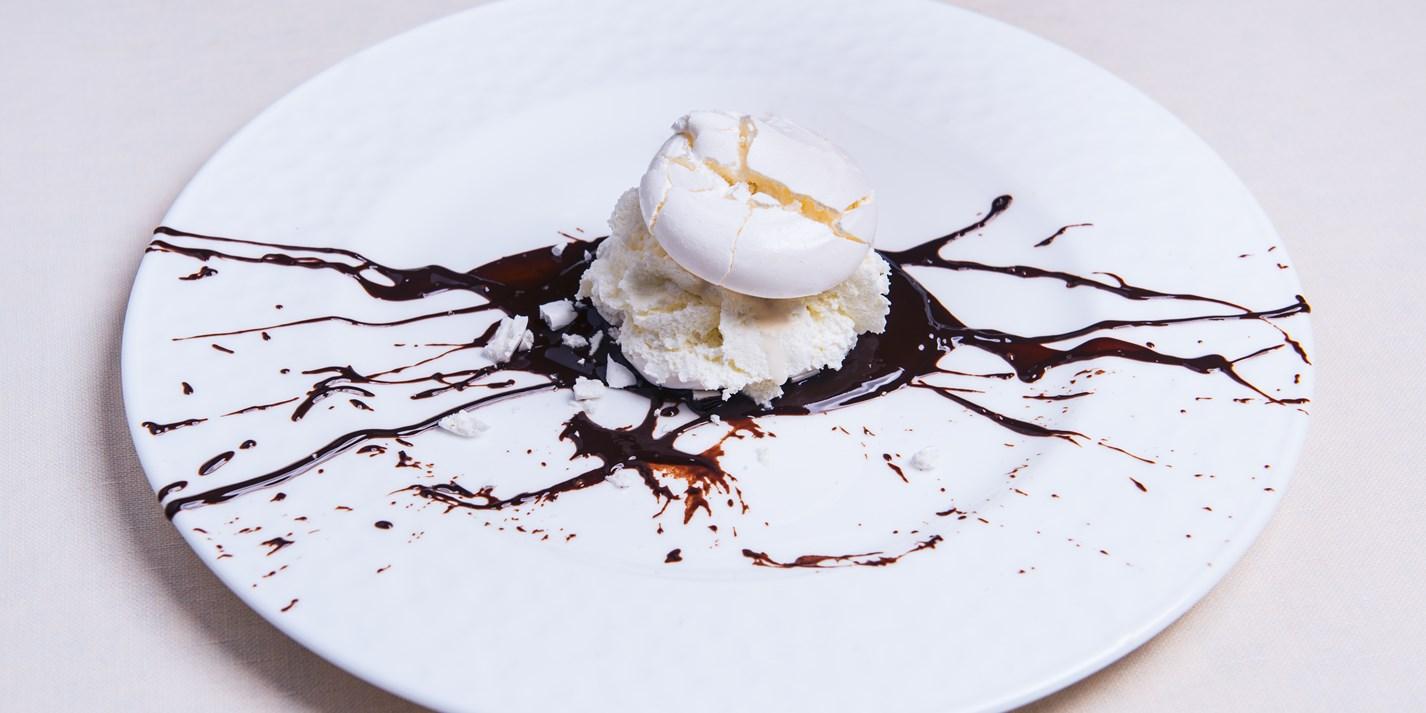 Безе с шоколадным соусом и ванильным мороженым