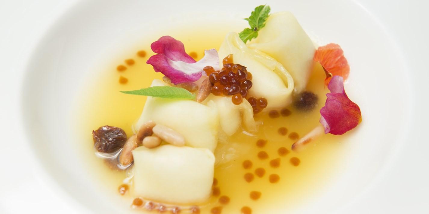 Ananasovye ravioli s rikottoj i kofejnoj ikroj