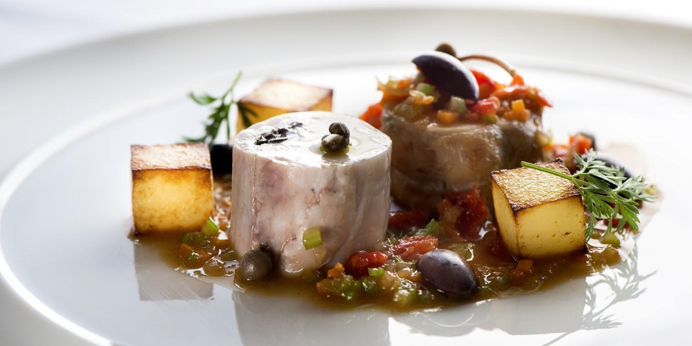 Krolik, olivki, kapersy, tomaty i kartofel'