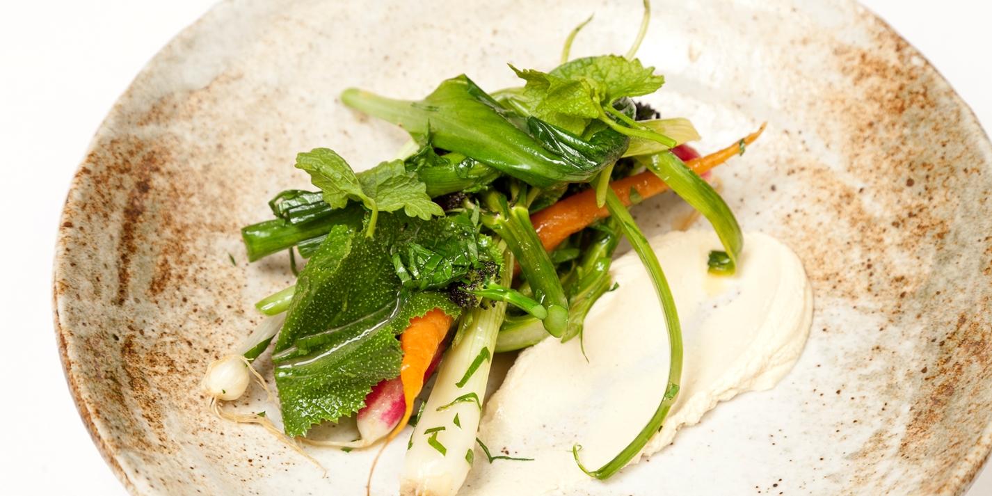 Летние овощи с копченым сыром и травами