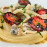 Спагетти, моллюски и помидоры черри на гриле