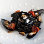 Паста с чернилами кальмара, мидиями, крекерами из кальмара и пюре из моцареллы