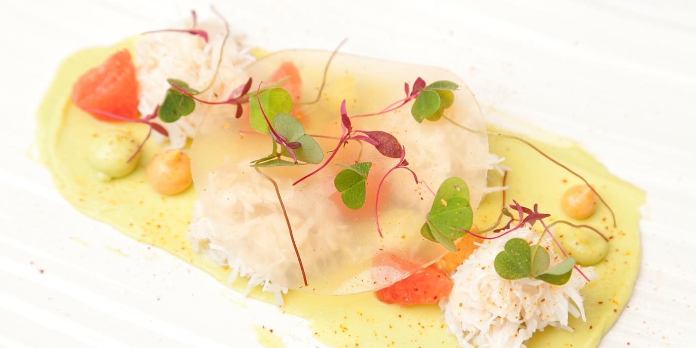 korolevskij-krab-s-avokado-rozovym-grejpfrutom-i-kislicej